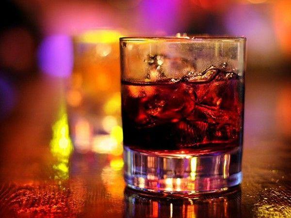 Виски с колой. Надо просто взять высокий и большой бокал и налить в него виски, колу, положить лед и дольки лайма. Для любителей менее крепких напитков в этот коктейль можно либо больше колы добавить, либо меньше виски налить.