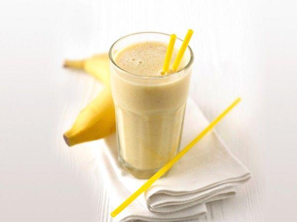 Банановый коктейль. Смешайте в блендере кефир, банан, 1-2 печенья, и немного меда. Взбейте.