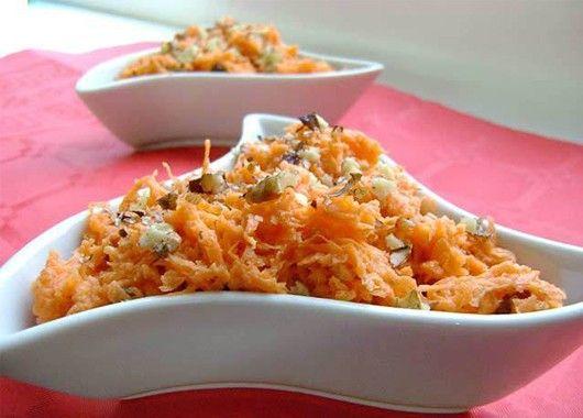 Морковный салат с грецкими орехами и яблоком будет очень вкусным, если приправить его натертым свежим имбирем.