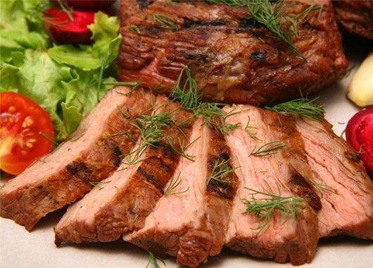 Мясо лучше солить в конце приготовления или уже готовое. Если сделать это с самого начала, из него вытекут все соки, и оно получится сухим и жестким.
