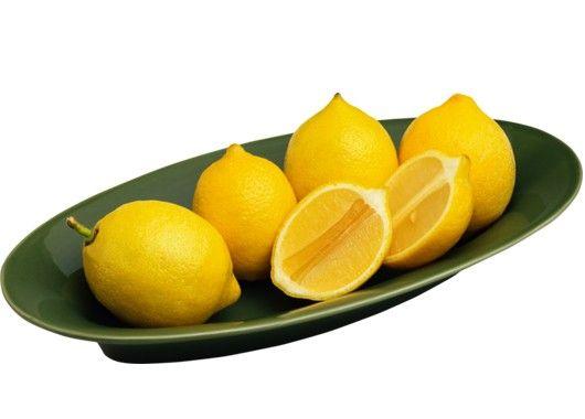 Поместите вымытый лимон в морозильник и при необходимости натирайте на терке вместе с кожурой. Блюда, приправленные лимоном, обретут вкус, который вы наверняка еще не пробовали.