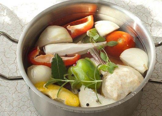 Закладывайте овощи в уже кипящую воду. Так во время варки в них сохранится больше вкуса и витаминов.