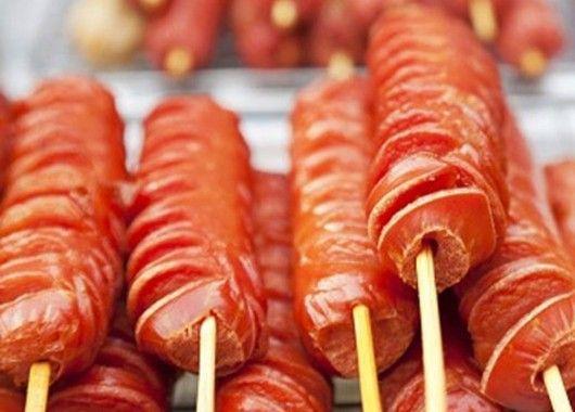 Если сырые сосиски обмазать горчицей и поджарить на растительном масле, можно добиться невероятно вкусного результата.