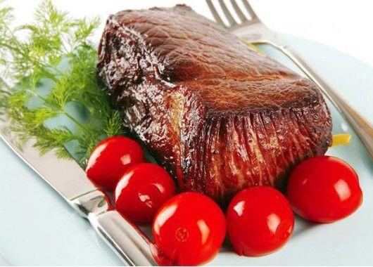 Используйте фольгу для приготовления мяса. Ваше мясо получится более мягким и нежным. Кроме того, оно приобретет близкий к тушеному вкус, но без характерного запаха и жира.