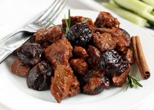 Мясо отлично сочетается с черносливом: если добавить сухофрукт в блюдо при тушении, можно получить изысканный вкус.