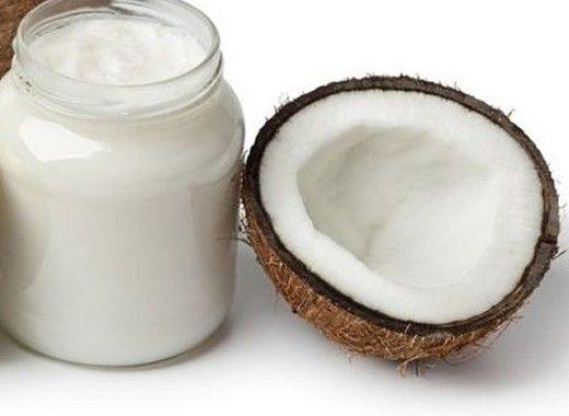 Удаление воска. Если вы используете воск для эпиляции, вам пригодится кокосовое масло для удаления его остатков с кожи или других поверхностей. Нанесите немного масла на липкие места и аккуратно удалите остаток воска с помощью влажной мочалки.