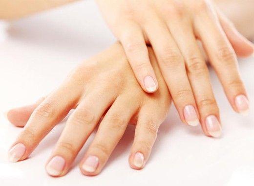 Уход за кутикулой. С помощью кокосового масла вы можете избавиться от сухости и шелушения кутикулы, просто втирая его в кожу вокруг ногтевых пластин. Кроме того, во время этого вы также увлажните кожу рук.