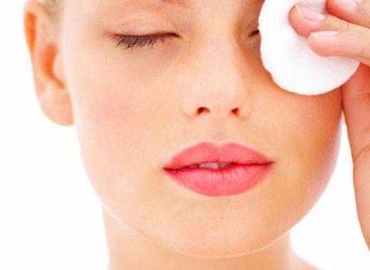 Демакияж. С помощью кокосового масла можно снять макияж или грим, просто нанеся его на кожу, оставив на 5 минут и затем протерев влажной салфеткой. Также можно удалить и водостойкую тушь с ресниц.