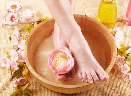 Уход за кожей ног. Кокосовое масло смягчит кожу ваших ног не хуже дорогого крема, а также выступит в роли дезодоранта и антисептика. Для того чтобы еще лучше справиться с неприятным запахом ног, добавьте в кокосовое масло несколько капель масла чайного дерева.