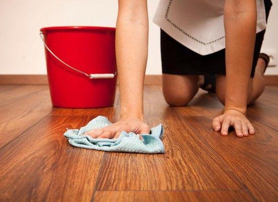 Натрите мыло на терке и добавьте в ведро с теплой водой. Оно отлично отмоет грязь и пятна.