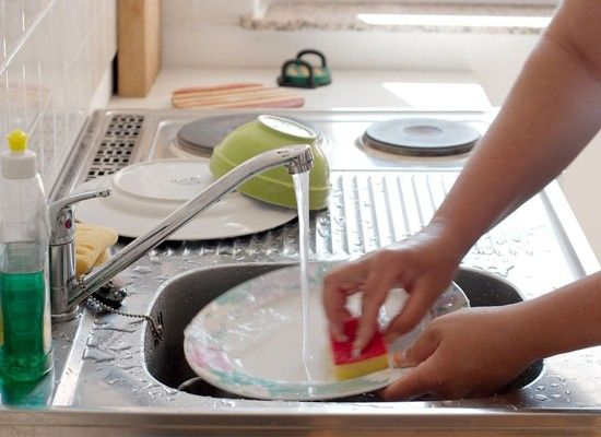 Его растворяют в воде и полученным раствором тщательно промывают посуду. Он хорошо смывает остатки пищи и жировой налет.