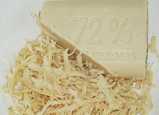 Очень хорошо очищает кожу мытье в парной с березовым веником, замоченным в растворе хозяйственного мыла: кожа замечательно очищается.