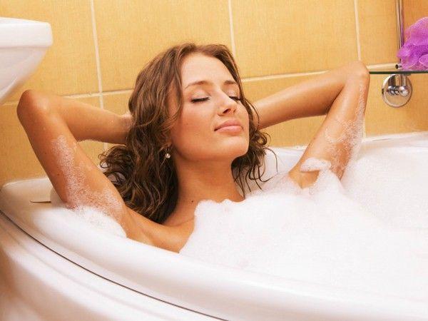 Помогают теплые ванные перед сном, только температура воды не должна превышать 37 градусов. В воду можно добавить хвойный экстракт, череду или липовый цвет. Принимают ванны 3 раза в неделю по 10 минут. Некоторым бывает достаточно 3–5 таких процедур, чтобы сон нормализовался.