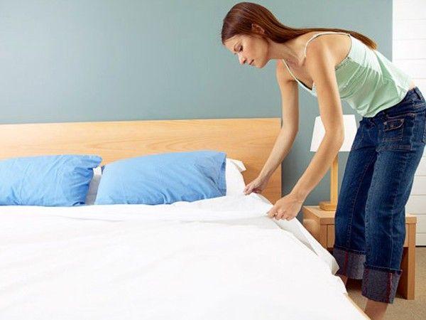 Не забывайте застилать свою постель по утрам и прятать все спальные принадлежности. Ученые заметили, что люди, которые регулярно убирают свою постель, спят лучше тех, кто этого не делает. Этот маленький ритуал служит сигналом для нашего мозга, запускающим программу «сон».