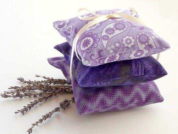 Положите у изголовья лечебную подушку. Ее изготавливают из неплотной хлопковой ткани и набивают соцветиями хмеля или лавандой. Летучие пары веществ успокаивают нервную систему.