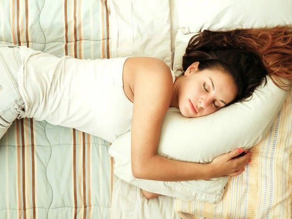 Если вы днем так уж сильно хотите спать, то можете немного вздремнуть. Но помните, проснуться нужно не позже 5 вечера. Тогда вечером вы очень быстро отправитесь в царство Морфея.