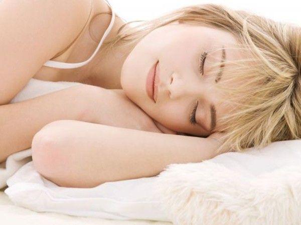 Проветрите спальню. Доказано, что человек быстрее всего засыпает, когда температура в комнате ниже на 4–5 градусов, чем в остальных комнатах. Откройте форточки перед сном на полчаса или час: если в спальне свежий воздух, это поможет легко заснуть, и сон будет более полноценным.