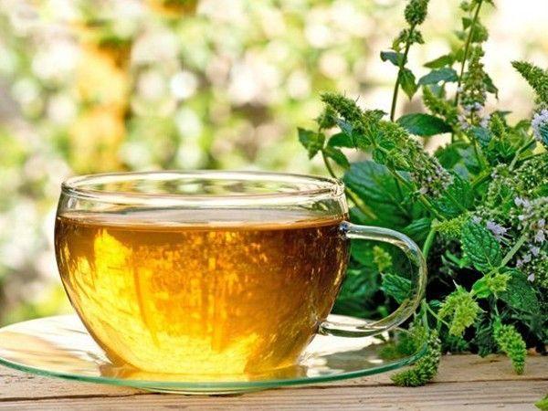 Выпейте травяной чай. Снотворным действием обладают такие растения, как хмель, валериана, мята, мелисса, пустырник. Отвары лекарственных растений можно принимать не только на ночь, но и во второй половине дня. Они помогают снять эмоциональное напряжение перед сном.