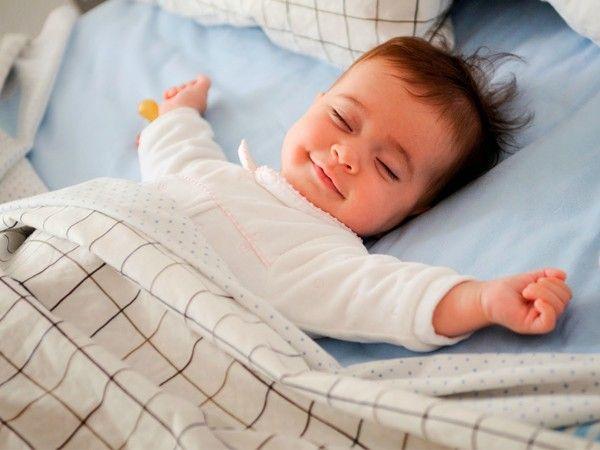 Лягте на спину, закройте глаза и постарайтесь расслабиться. Руки положите вдоль туловища ладонями вверх. При закрытых веках закатите глаза кверху. Считают такое положение глаз естественным во время сна.
