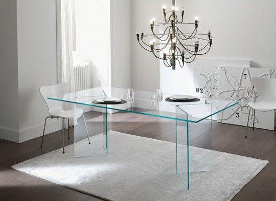 Привычную деревянную дверь можно заменить  стеклянной или выбрать мебель, в которой дверцы будут из полупрозрачного стекла. Столики также могут быть стеклянными, а стулья – прозрачными. Значительно облегчают помещение так же и стеклянные компьютерные столы и фасады верхних шкафчиков кухонных гарнитуров.