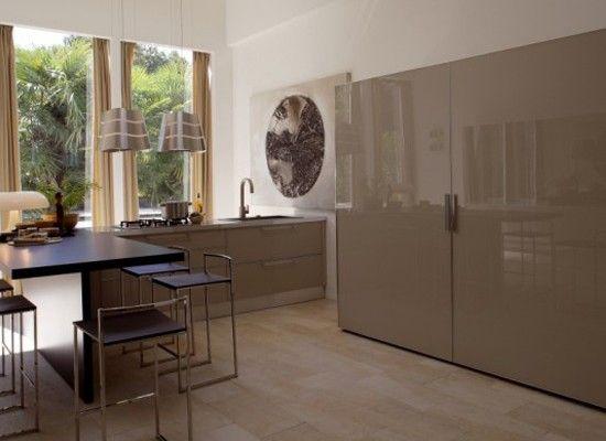 Нематовые поверхности, такие, например, как глянцевый натяжной потолок, лакированные элементы мебели и тому подобные вещи так же добавляют «воздуха».
