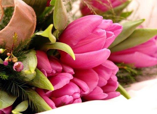 Букет живых цветов украшает комнату недолго, частенько увядая уже через несколько дней. Добавьте две столовые ложки белого уксуса на литр воды в вазу, и цветы порадуют вас своей красотой и ароматом немного дольше.