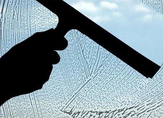 50% раствор воды и уксуса растворит грязь на полках и стенах холодильника, а также устранит неприятные запахи. Во время митья окон добавьте в воду средство для мытья посуды для того, чтобы удалить грязь, и немного уксуса, для того, чтобы на окнах не осталось разводов.