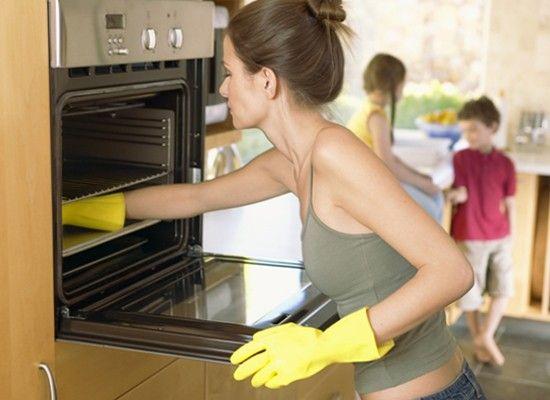 Вымыть духовку внутри поможет водород, который образуется при взаимодействии уксусной кислоты и соды. Уксусом натирают внутренность духового шкафа и посыпают ее пищевой содой. Средство прекрасно удаляет жир.