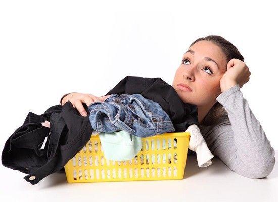 Желтые пятна подмышками испортили любимую блузку? Печально, но факт, что дезодоранты – антиперспиранты, имеющие в составе алюминий, усугубляют ситуацию, т.к. этот компонент вступает в реакцию с солями пота, и пятна подмышками получаются еще виднее и устойчивее. Смочите пятно перед стиркой белым столовым уксусом, и оно растворится.