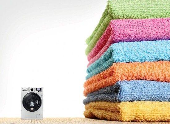 Полстакана уксуса на одну загрузку стиральной машины не только обеспечит легким антистатическим эффектом вашу одежду и поможет сохранить цвет, но и удалит неприятный налет от мыла и с одежды, и с самой стиральной машинки.