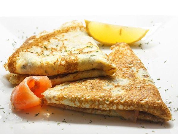 В тесто для блинов сначала(!) добавляются растертые с сахаром желтки, тесто перемешивается, чуть-чуть взбивается, и только потом в тесто для блинов еще добавляются взбитые белки! Именно так готовится тесто для вкусных блинчиков.