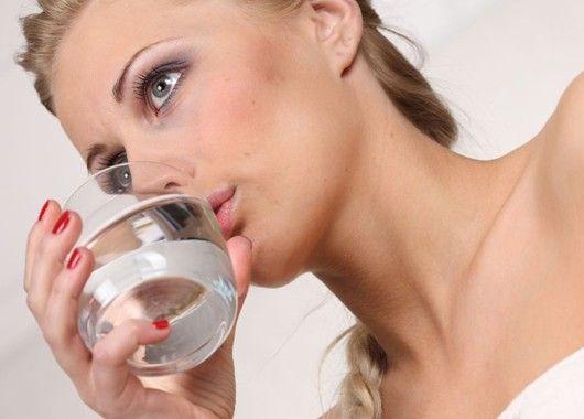 При ангине в стакан теплой воды добавьте половину чайной ложки соды, половину чайной ложки соли и одну каплю йода. Все это необходимо тщательно перемешать и полоскать горло по нескольку раз в сутки. Однако не стоит увлекаться подобным полосканием, так как оно сушит слизистую оболочку горла, что не очень благоприятно, ввиду ее воспаления и раздражения и может усилить боль.