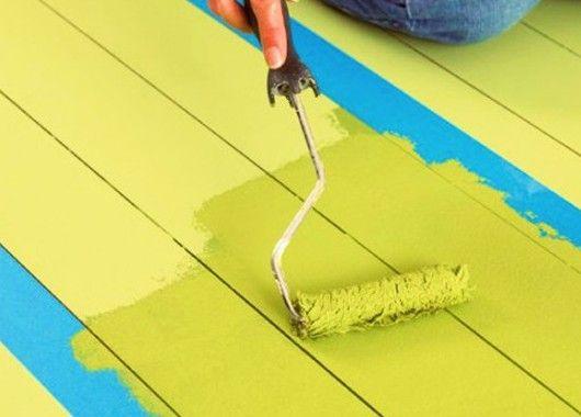 Если капли водоэмульсионной краски упали на пол во время покраски потолка или стен, то разведите пузырек йода в стакане теплой воды, смочите губку раствором и потрите пятна. Они легко уберутся.
