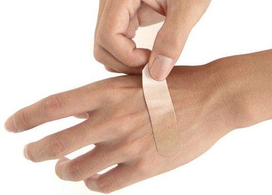 Для предотвращения попадания инфекции смажьте ссадины настойкой йода, а на порез наложите пропитанный ею кусочек лейкопластыря. Йод окажет поистине волшебное действие даже при начавшемся нагноении, если процедуру повторить 4-5 раз.