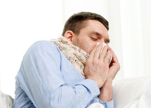 При насморке полезны йодные ингаляции: открыв пузырёк с йодом, глубоко вдыхайте его пары сначала одной, затем другой ноздрей — чем чаще, тем лучше.