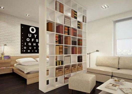 Если комната большая, то поделите ее на зоны: отдыха, рабочую и так далее. Отгородите их при помощи мебели, ширм, занавесок или визуально, используя контрастные цветовые сочетания.