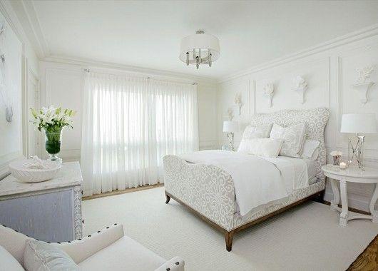 Не бойтесь белого цвета в интерьере. Современные материалы делают любую мебель или белые обои совершенно немаркими. Разбавить цвет можно яркими элементами декора.