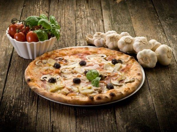 По мнению итальянских специалистов, пицца не должна содержать в своей начинке майонез и некоторые жирные сорта сыра.