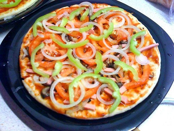 При подготовке ингредиентов для наполнения важно сливать лишнюю жидкость, которая скапливается при нарезке продуктов. Если этого не сделать, пицца может получиться мокрой, непропеченной внутри.