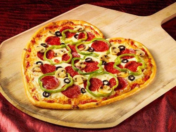 Если Вы хотите приготовить вкусную ароматную пиццу, используйте только свежие ингредиенты для начинки, замороженные продукты не дадут нужного аромата. Эти ингредиенты могут быть любыми на Ваш вкус, но согласно классическому варианту их должно быть не больше 3-4.