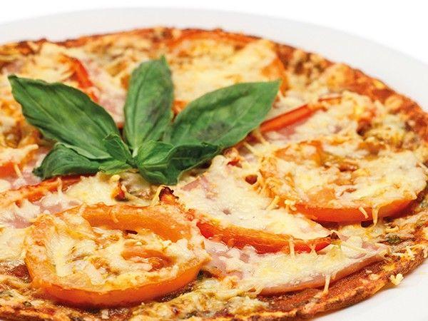 Мясо может добавляться в пиццу в виде обжаренных кусочков или фарша. В пиццу никогда не добавляют сырое мясо. Салями, чоризо, пеперони, бекон, ветчину, копчености нарезают ломтиками и кладут на тесто.