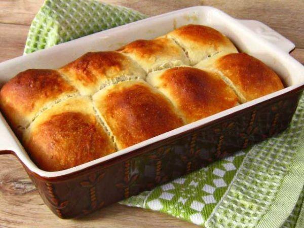 При выпекании в электроплите можно сразу поставить пирог и включить духовку. Пока она будет нагреваться, тесто успеет подойти. Время выпекания отсчитывается с того момента, как духовка нагреется до нужной температуры.