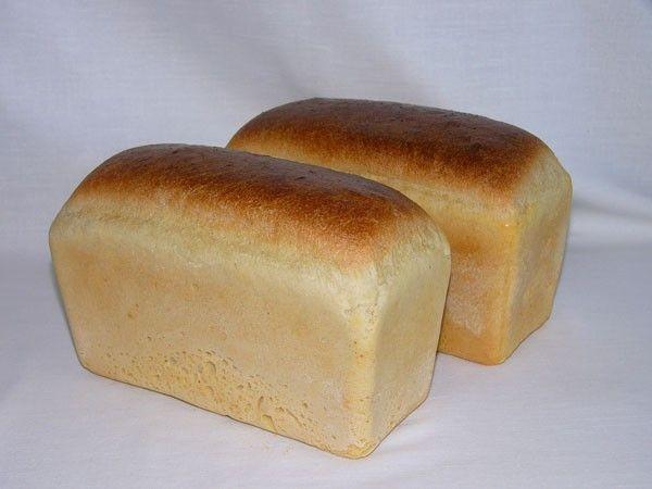 Тесто должно быть хорошо вымешено. И лучше всего руками. Если сравнить машинный замес с ручным, то разница будет очевидна. Ручное тесто более мягкое, нежное, и вкус его насыщеннее.