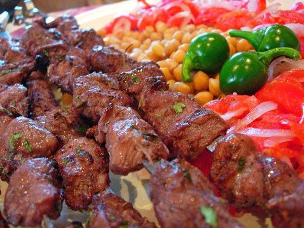 Нанизывать мясо на шампуры нужно вдоль волокон, лучше всего по очереди с луком или овощами — помидорами, сладким перцем. Если нанизываете только мясо, старайтесь, чтобы куски не прикасались друг к другу.