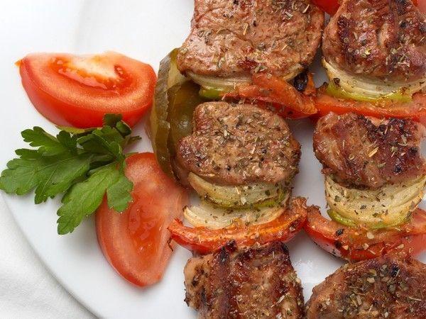 Первым делом забываем про парное и замороженное мясо, оно является губительным для жарки шашлыка. Лучше всего покупать охлажденное мясо.