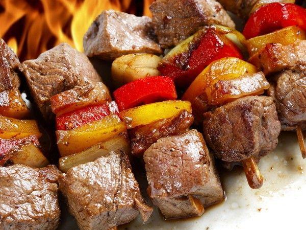 Чтобы сохранить вкус, полезные вещества и форму куска, мясо нужно резать перпендикулярно волокнам. Кстати, чем тоньше волокна, тем качественнее и вкуснее мясо.