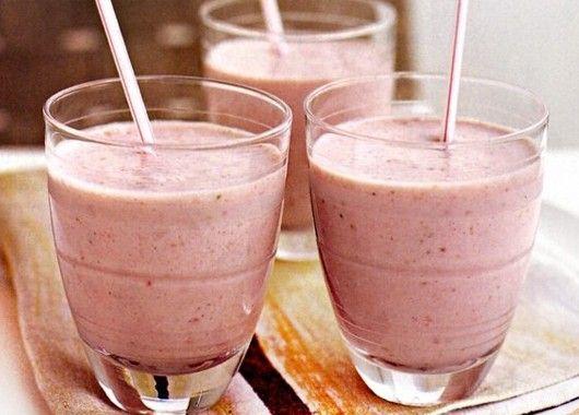 Положите клубнику в морозилку на час или используйте ранее замороженную. В блендере смешайте замороженную клубнику, йогурт и апельсиновый сок. Измельчите до получения однородной массы. Подавайте в прозрачном стакане с соломинкой. Можно украсить ягодкой клубники.