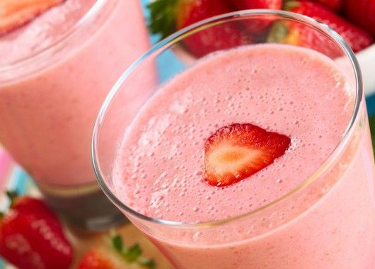 В блендере смешайте бананы, замороженную клубнику, йогурт и молоко. Измельчите до получения однородной массы. Налейте в стаканы и подавайте.