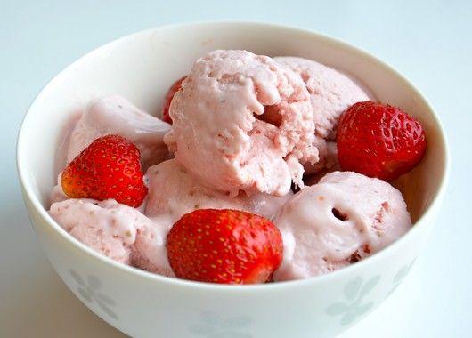 Проверните в блендере мороженую клубнику и сахар, чтобы получилась неоднородная масса, не пюре. Пока блендер работает, вливайте постепенно сливки. Когда получится однородная масса, выключите. Сразу подавайте или уберите в морозилку - мороженое можно хранить в морозильнике без потери вкусовых качеств до 1 недели.