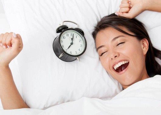 Если вы можете получать достаточно сна и при этом ещё и вставать раньше, то это просто замечательно. В этот дополнительный утренний час у вас меньше забот, которые могут вас отвлечь, поэтому используйте его с умом.
